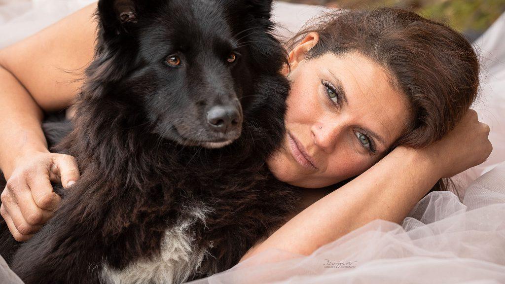 Model mit ihrem Hund