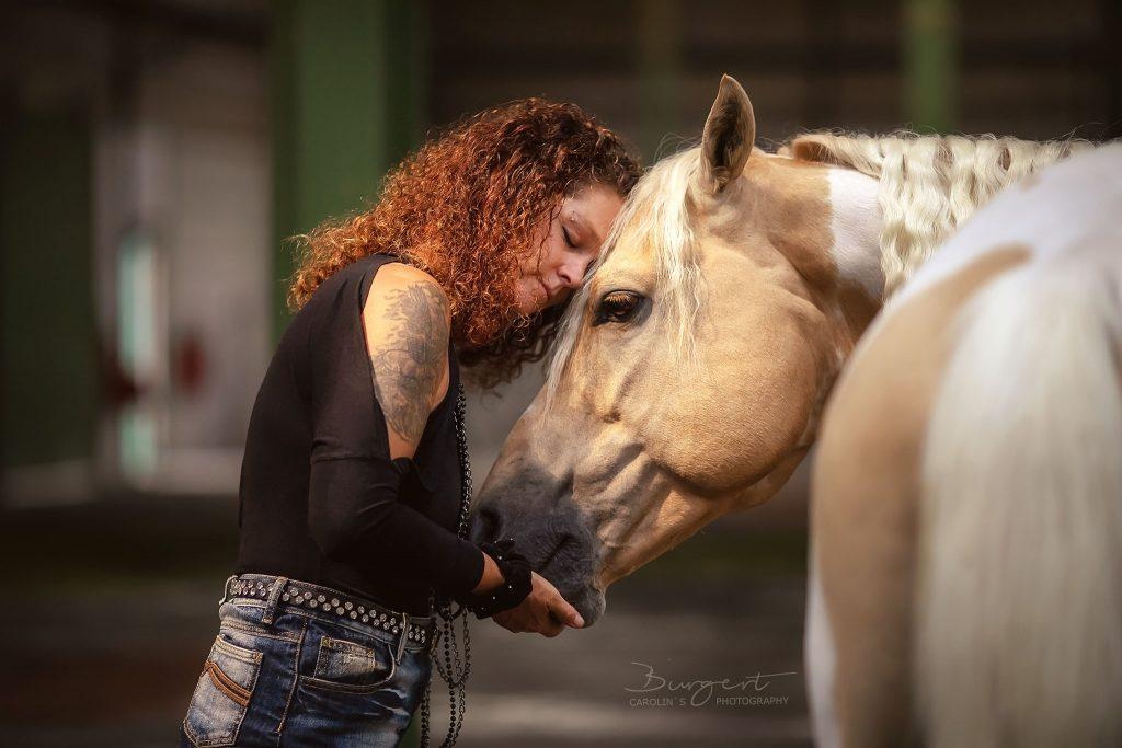 Wiebke mit Ihrem Paint Horse Hengst Lucky Cards